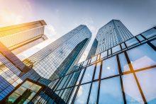 Moderne Hochhäuser in Sonnenaufgangsstimmung - mit dem educom-Sprachkurs für Immobilien in Englisch und allen lebenden Sprachen punkten