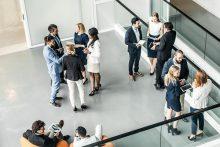 Für das Geschäftsmeeting im Foyer - educom bietet für Unternehmen Weiterbildungen im Bereich Fremdsprache, Business Seminare und Interkulturelle Trainings