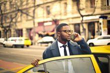Geschäftsmann in New York mit Taxi