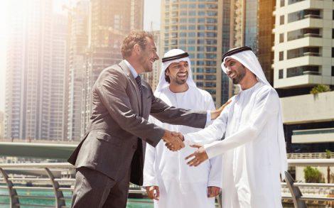 Interkulturelles Training educom - Arabische Geschäftsmänner verhandeln internationales Geschäft