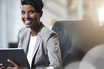 Erfolgreiche Geschäftsfrau - mit Trainings von educom interkullturelle Kommunikation erlernen und im Job punkten
