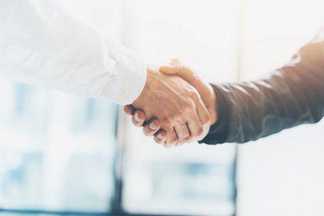 Geschäftspartner schütteln die Hände