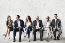 Erfolgreiches interkulturelles Team sitzt nebeneinander