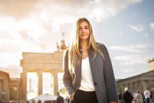 Geschäftsfrau vor Brandenburger Tor, Berlin