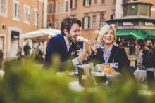 Geschäftspause in einem italienischen Cafe - educom bietet Sprachkurse für Gastronomie-Englisch, Hotel-Englisch, Tourismus-Englisch