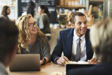 Zwei Geschäftspersonen am Tisch hören zu - educom bietet Rechtswesen-Sprachkurse für Juristen in Englisch und allen Sprachen