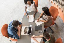 Meeting, Geschäftsbesprechung am ovalen Tisch - educom bietet spezifische Sprachkurse für Meetings und Geschäftsbesprechungen