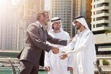 Dubai: Geschäftsmänner vor Skyline