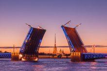 Weiße Nächte in St. Petersburg, Russland - Brücke geöffnet